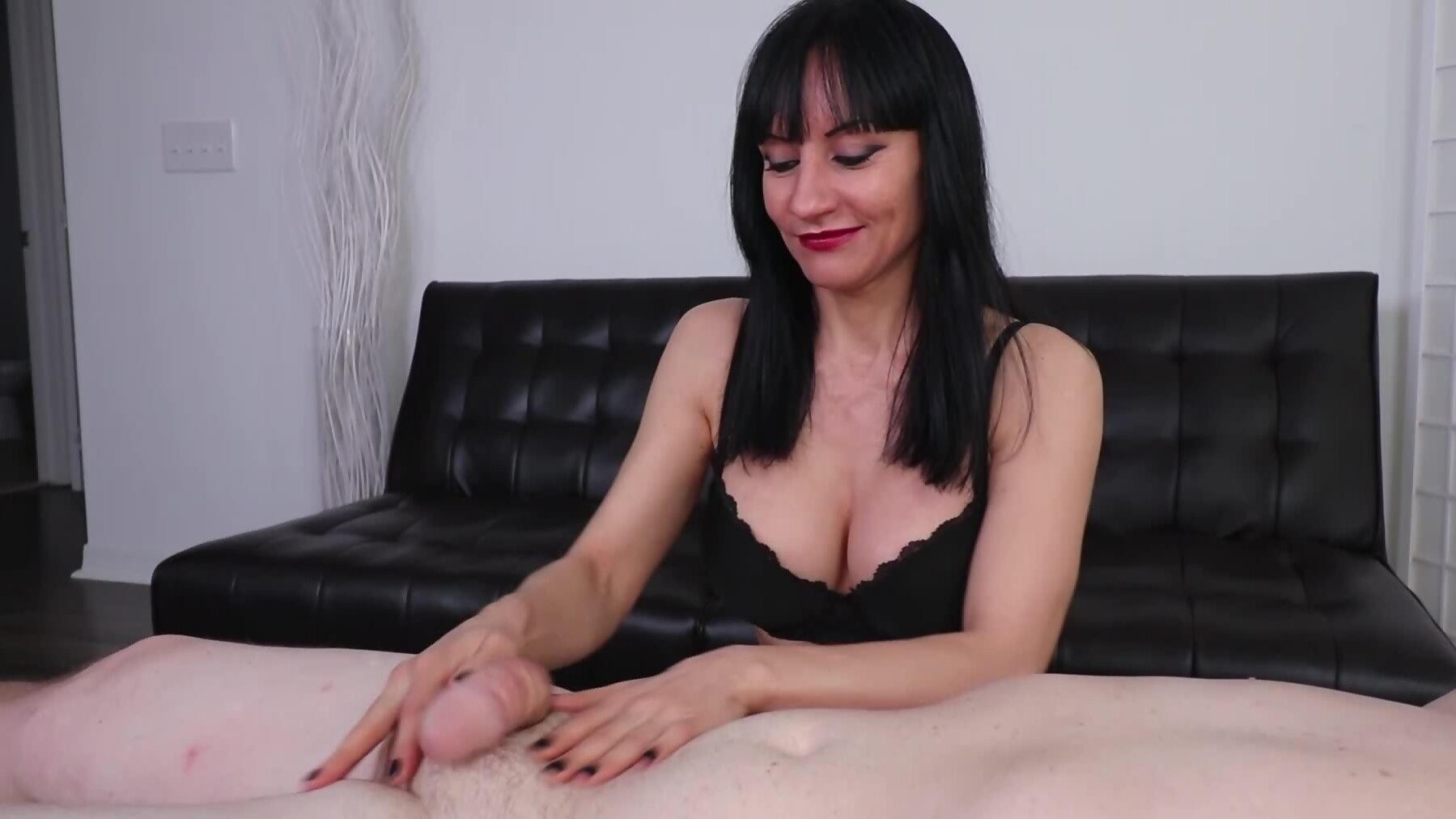 Pornstar exploits sex toy to make client cum with masturb...